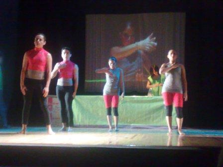 Código de Barras: La danza complementa la idea teatral.